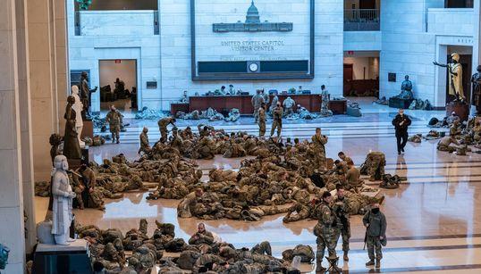Las impactantes imágenes de la Guardia Nacional durmiendo en el