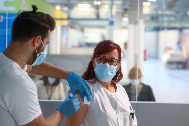 Una enfermera del Isabel Zendal se vacuna contra el