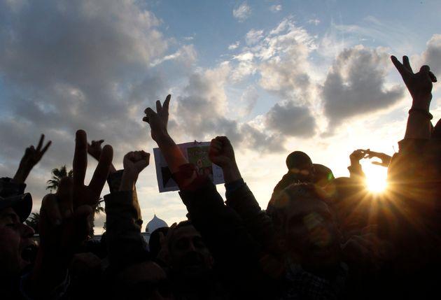 Des manifestants crient des slogans contre les retombées du régime de l'ancien président...