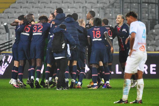 Les joueurs du PSG célébrant leur victoire face à Marseille dans le Trophée...