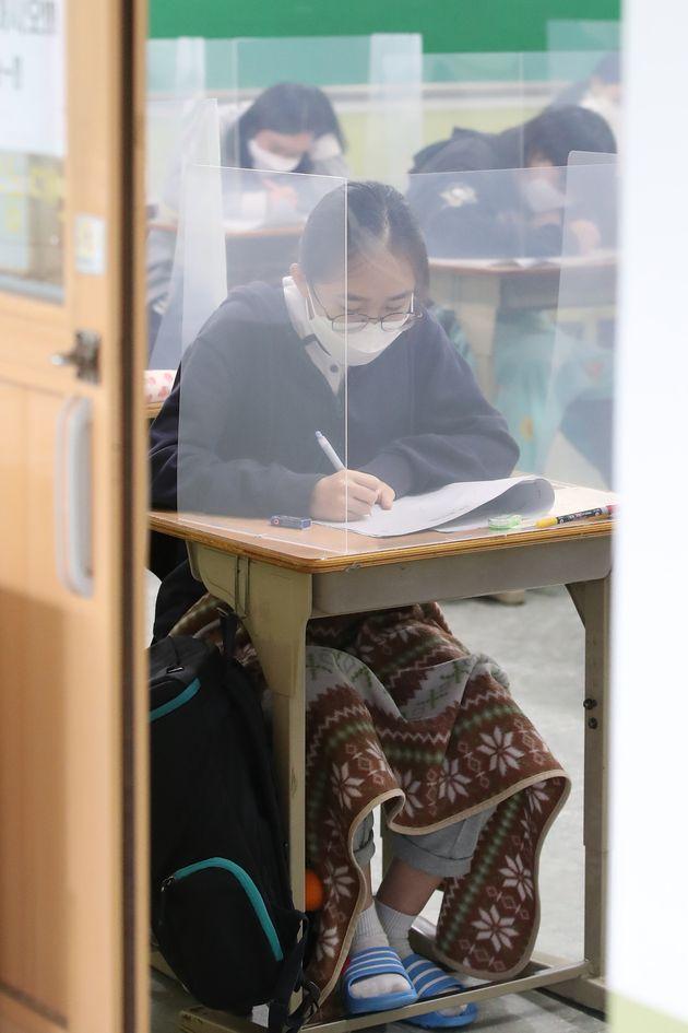 2020년 5월 21일 오전 대구여고 3학년 교실에서 고3 학생들이 올해 첫 대학수학능력시험 모의평가를 치르고
