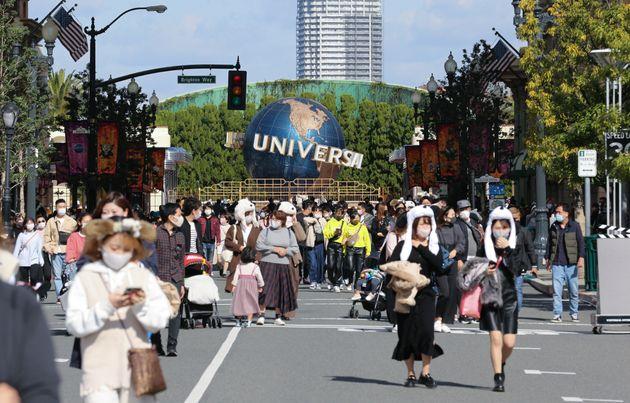 「GoToイベント」事業の初日、多くの来場者でにぎわうユニバーサル・スタジオ・ジャパン(USJ)=11月4日午前、大阪市此花区