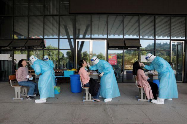 Trabajadores sanitarios realizando pruebas covid en China.