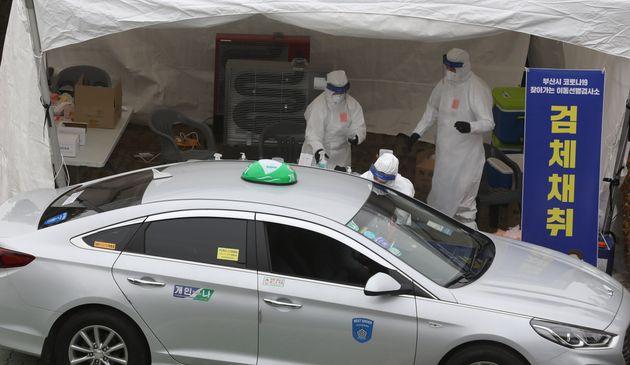 11일 오후 부산 연제구 부산아시아드주경기장 주차장에서 택시 기사들이 드라이브 스루로 코로나19 검사를 받고