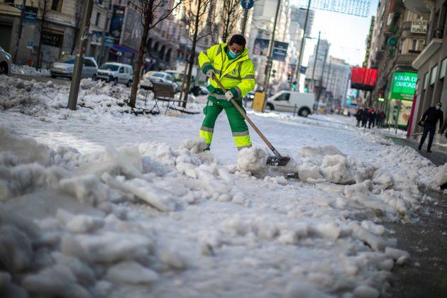 Un trabajador limpia las calles de