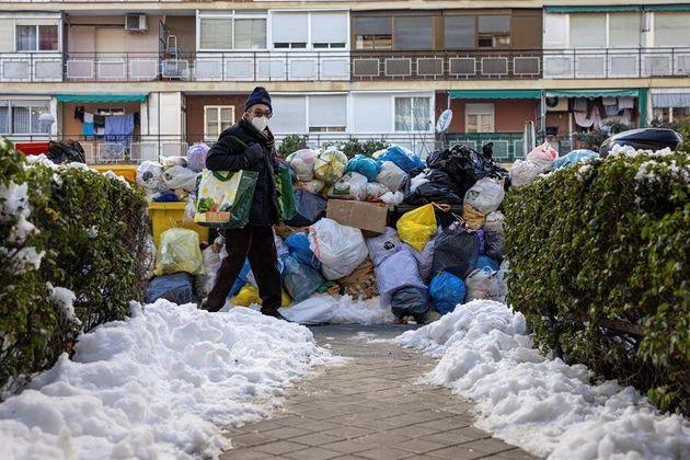 Decenas de bolsas de basura se acumulan en los cubos situados en las calles de