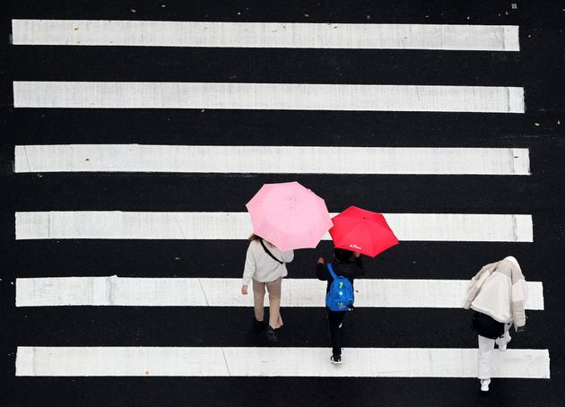 (자료 사진) 서울 강남구의 한 횡단보도 위로 우산 쓴 시민들이 지나가고