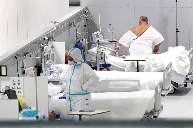 Enfermos en el Hospital Enfermera Isabel Zendal en Madrid, el pasado 30 de diciembre durante una visita...