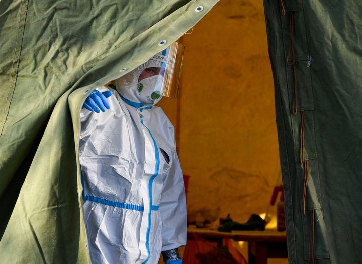 Un sanitario, preparado para recibir a pacientes con coronavirus