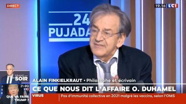 Alain Finkielkraut réagit à l'affaire Olivier Duhamel dans l'émission de LCI 24h Pujadas le 11 janvier 2021. Chroniqueur régulier, il a été congédié par la chaîne le lendemain.