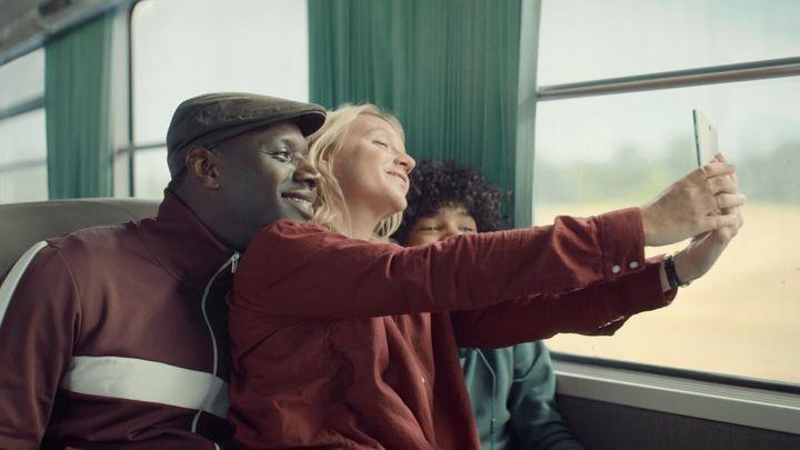 Assane, Claire y Raoul, en el tren a Étretat.