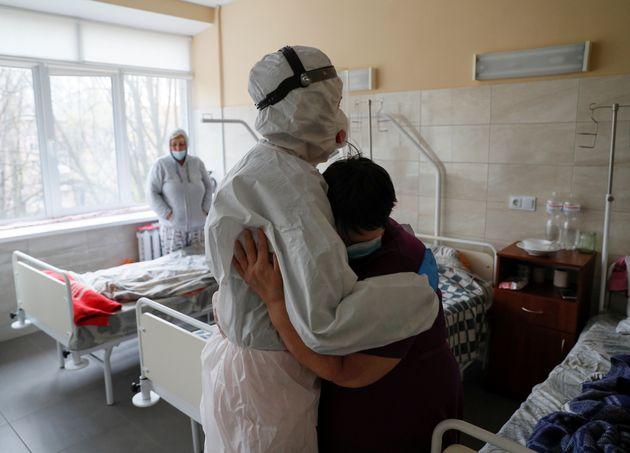 Un paciente abraza al doctor que le atiende en el