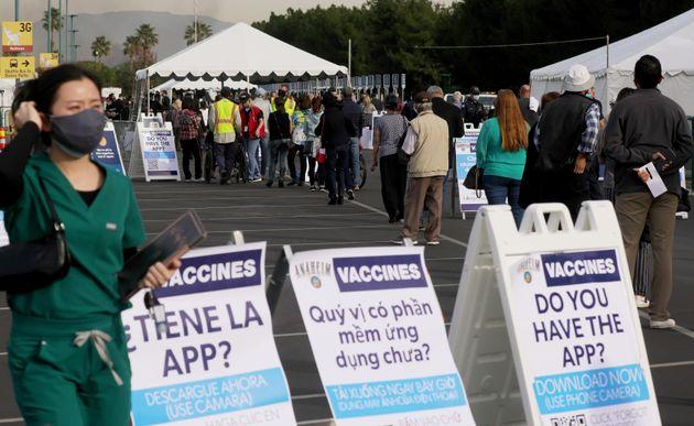 ディズニーランド・リゾートの駐車場に作られた新型コロナウイルスのワクチン接種会場で列に並ぶ人々(2021年1月13日)