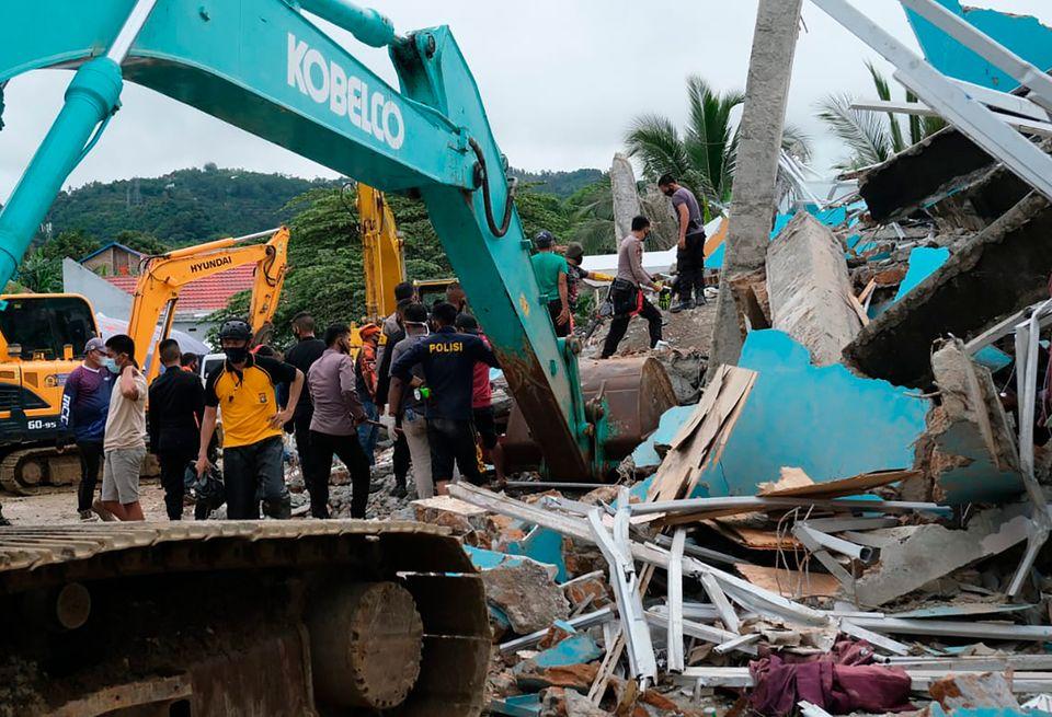 Σεισμός 6,2 Ρίχτερ στην Ινδονησία - Δεκάδες νεκροί και εκατοντάδες