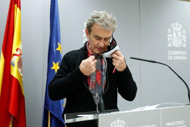 Fernando Simón, quitándose la mascarilla en una de sus ruedas de prensa