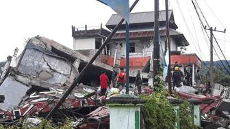WEST SULAWESI, INDONESIA - JANUARY 15: A view of collapsed buildings and earthquake-damaged area after a 6.2-magnitude earthquake hit Indonesia's West Sulawesi on January 15, 2021. 6.2-magnitude earthquake killed at least three people and injured 24. (Photo by SAR Hidayatullah/Anadolu Agency via Getty Images)