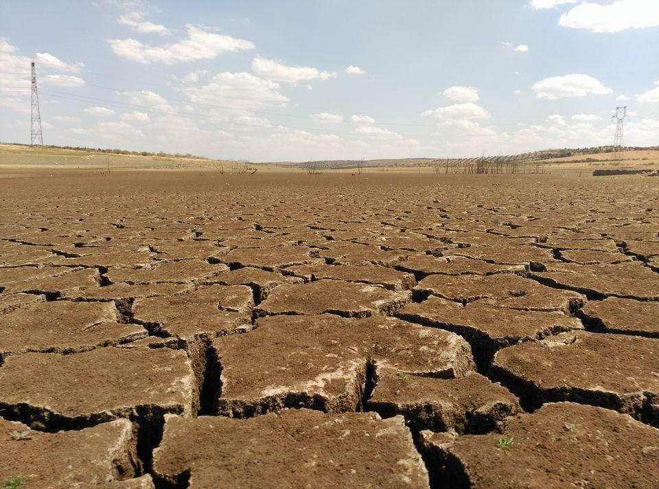Sequia, falta de lluvias, tierra seca y agrietada