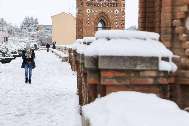 Una mujer pasea en Teruel, el pasado 8 de enero, con la calle nevada por