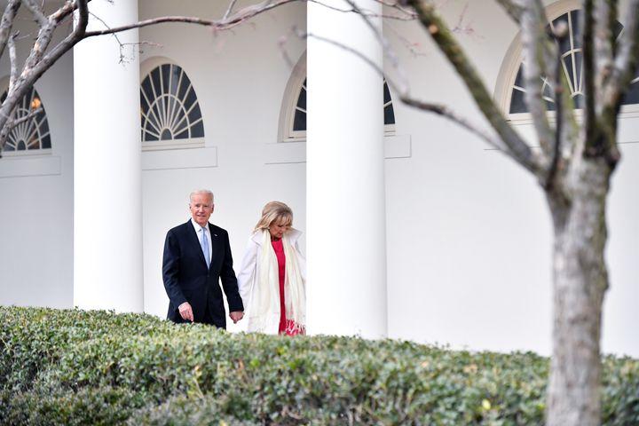 Joe y Jill Biden en la Casa Blanca el 20 de enero de 2017, cuando Trump tomó posesión.