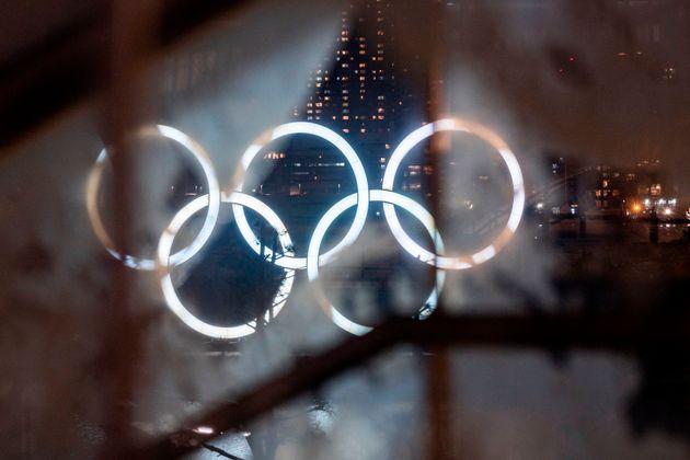 東京・お台場に設置されたオリンピックのモニュメント(2021年1月15日撮影)
