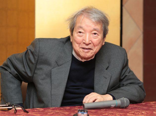 文化功労者に選ばれ、喜びを語る画家で絵本作家の安野光雅さん=2012年10月29日、東京都新宿区