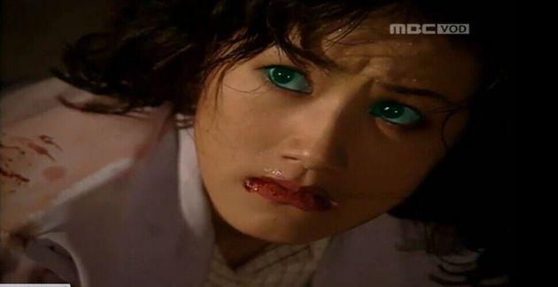 죽은 줄 알았던 박마리(심은하)는 8년 뒤 의사 김주리(심은하)가 되어 돌아온다. 주리는 눈이 녹색이 되면 제3의 인격 엠(심은하)이 표출된다. 주리가 엠이 되어 병원에서 난동 피우는...
