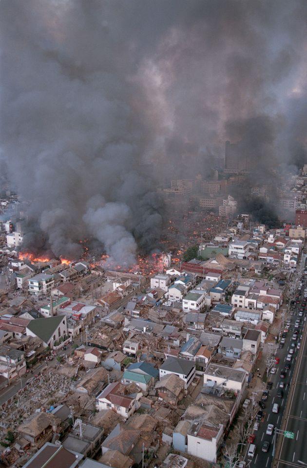 黒煙を上げ、燃え続ける神戸市街(兵庫県神戸市)