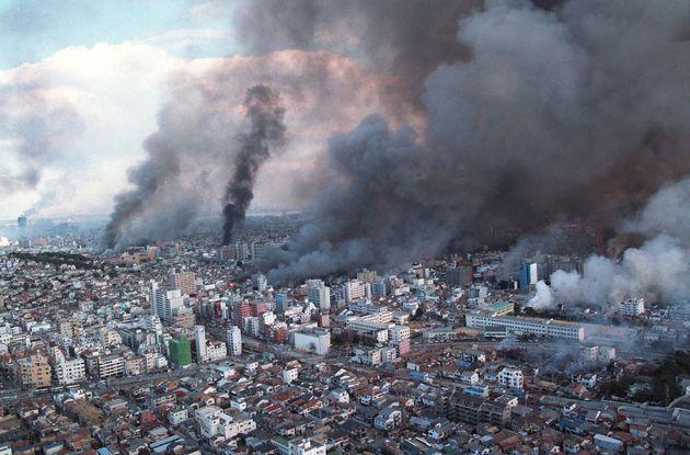 何カ所も火の手が上がり煙に覆われる神戸市上空[時事通信ヘリより]