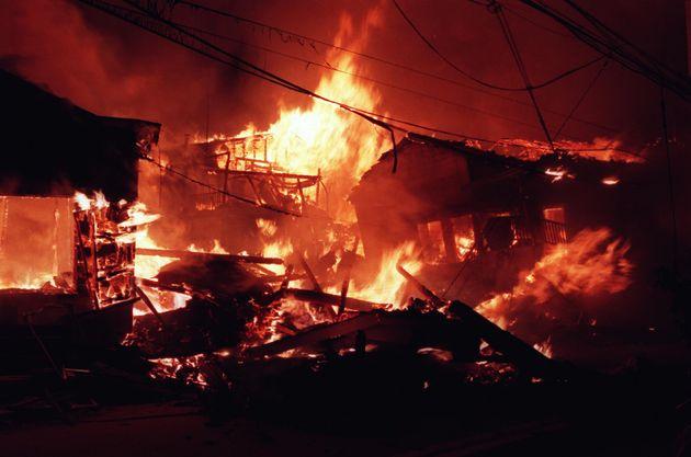 激しく炎を上げて燃え続ける民家(兵庫・神戸市兵庫区)