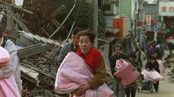 毛布を抱え、火の手から逃げ。人々の命を奪った阪神・淡路大震災を振り返る(写真)