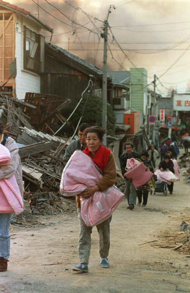 近所が再び燃え出したため別の避難所へ向かう被災者たち(兵庫・神戸市長田区)