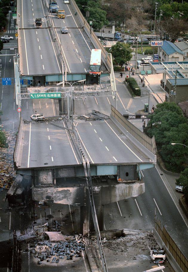 橋げたから落ちた阪神高速神戸線(兵庫・西宮市)[時事通信ヘリより]