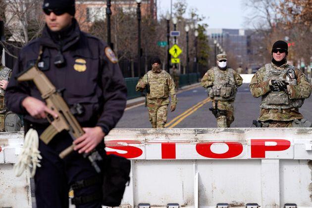 米ワシントンで1月16日、バイデン次期大統領とハリス次期副大統領の就任式に向けてセキュリティーが強化される中、柵が設けられている=AP