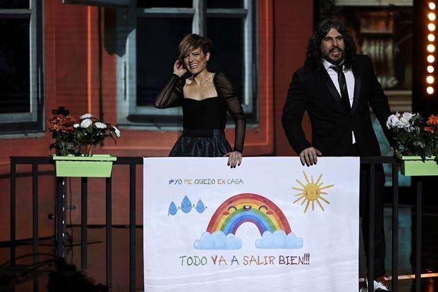 Los humoristas JJ Vaquero y Sara Escudero durante la entrega de los