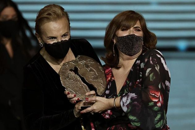 La actriz Elena Irureta (i) junto su compañera de reparto Ane Gabarain, tras recibir el premio Forqué...