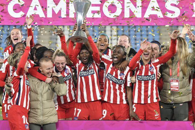 El Atlético de Madrid levanta la Copa y las jugadoras abrazan a su compañera Virginia Torrecilla...