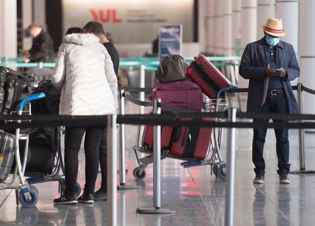 Des personnes circulent à l'aéroport Montréal-Trudeau de Montréal, le mardi...