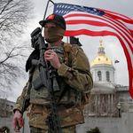 Voyez les images inquiétantes des manifestants armés devant des Capitoles