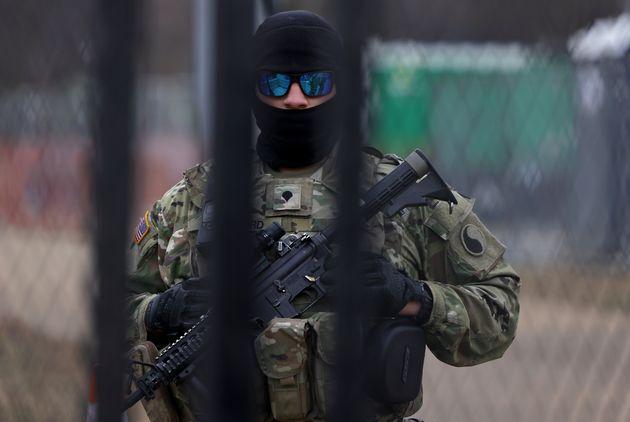 フェンスの内側で警備中の州兵(2021年1月17日)