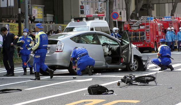 高齢男性が運転する乗用車が暴走し、歩行者や自転車をはね親子2人が死亡した交通事故で、現場に残された自転車と事故車両=2019年4月19日、東京都豊島区東池袋