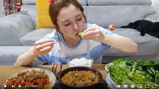 """유튜버 햄지가 """"김치·쌈은 한국 음식""""이라고 말했다가 중국 미디어 회사로부터 일방적으로 계약해지"""