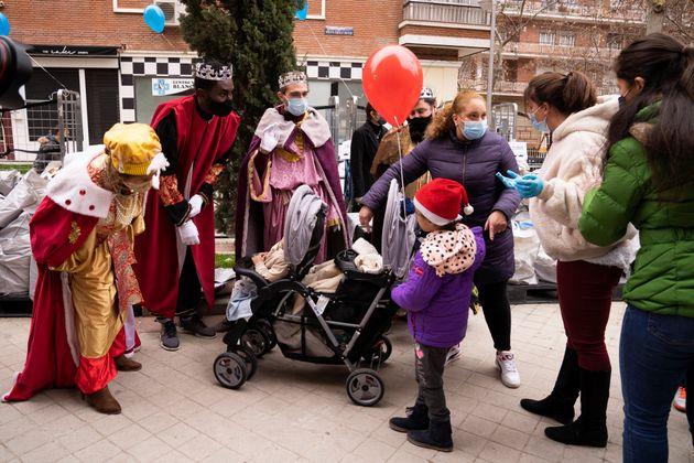 Visita delos Reyes Magos a la Parroquia de Santa María Micaela y San Enrique, de Madrid, en plena