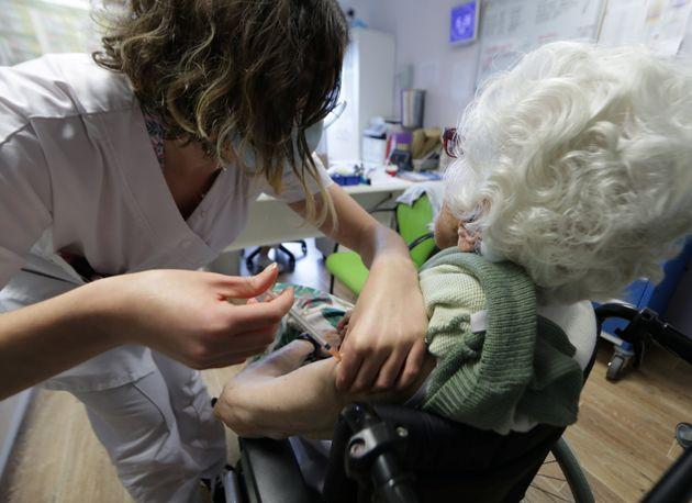 Une dame reçoit le vaccin Pfizer-BioNTech à Villeneuve-Loubet, en