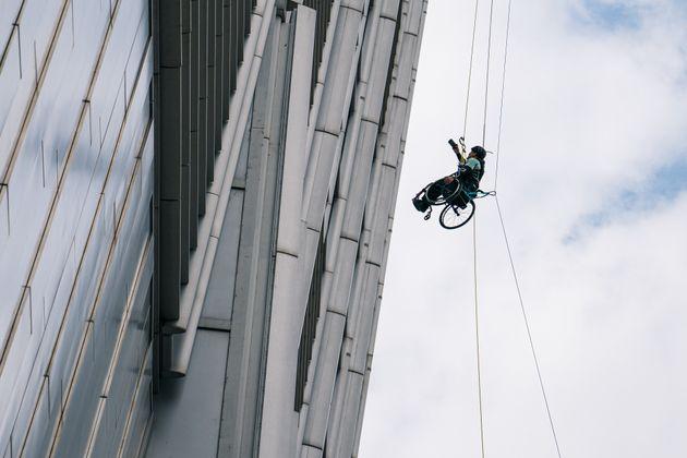 Χονγκ Κονγκ: Ο παραπληγικός που σκαρφάλωσε σε ουρανοξύστη με αναπηρικό