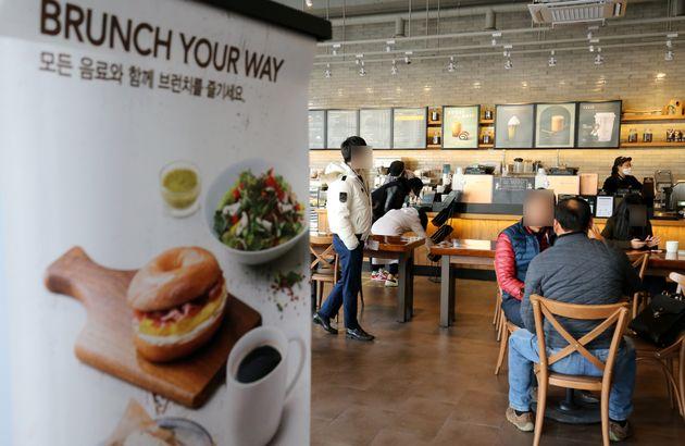 포장·배달만 가능했던 카페에서 매장 내 취식이 가능해진 18일 대전시내 카페를 찾은 시민들이 테이블에 앉아 커피를 마시고