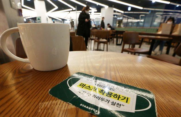테이크아웃만 가능했던 카페 매장 내 취식이 가능해진 18일 오후 경기도 수원시내 한 커피 전문점에서 좌석이 50%만 활용돼 좌석 간 간격이 떨어져