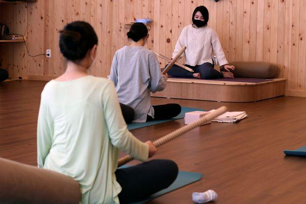헬스장을 포함한 실내체육시설 영업이 재개된 18일 오후 경기도 김포시 풍무동 꿈쿠라요가에서 회원들이 요가를 하고