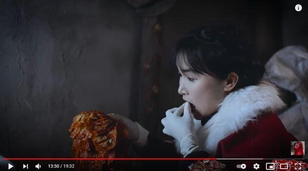 李子柒(リー・ズーチー)が直接漬けたキムチを味見している