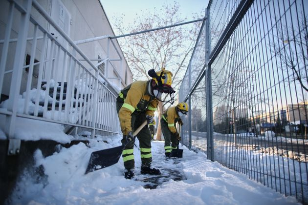 Un grupo de militares trata de quitar nieve ante el colegio 'El Espinillo', de