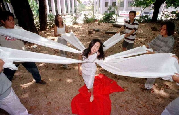 1999년 9월8일(사진 등록된 날이 8일), 고려대 학생들이 제1회 월경 페스티벌을 앞두고 선보일 퍼포먼스를 연습하고 있다. '신에겐 딸이 없다'라는 제목의...